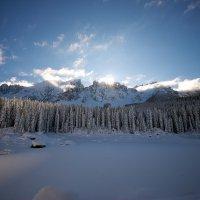 Lago di Carezza ghiacciato